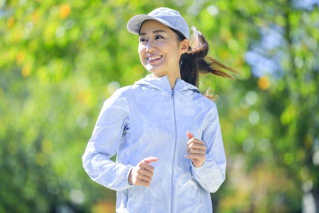 運動で健康に歩くなどの簡単な運動でも十分